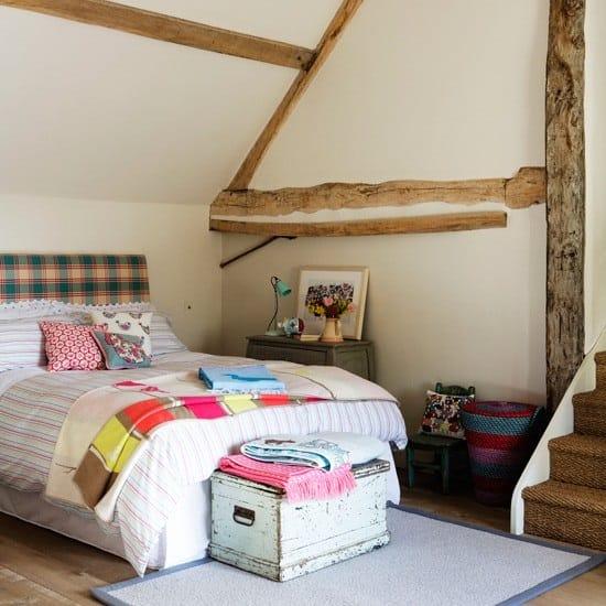 Декорирование стен и потолка деревянными балками в спальне кантри прованс