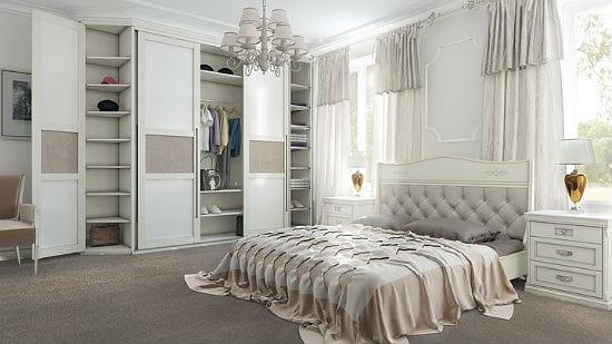 Белая спальня с оттенками бежевого цвета в оформлении текстиля