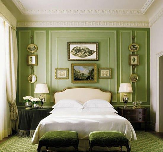 Декоративные элементы с позолотой в классической зеленой спальне