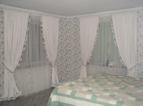 Белые шторы классического стиля с рюшами в спальне