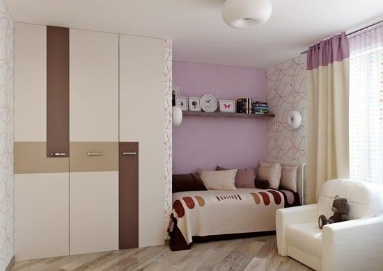 Зонирование спальни при помощи сиреневых обоев на стене у кровати
