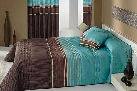 Красивая спальня с текстилем в шоколадно-бирюзовых тонах