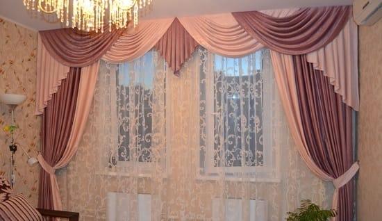 Шторы из двух видов ткани с ламбрекеном в спальне