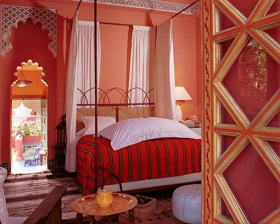 Яркая отделка марокканской спальни с резными проемами и росписью
