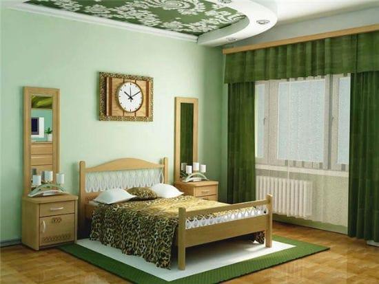 Зеленая спальня с темными шторами и светлой отделкой стен