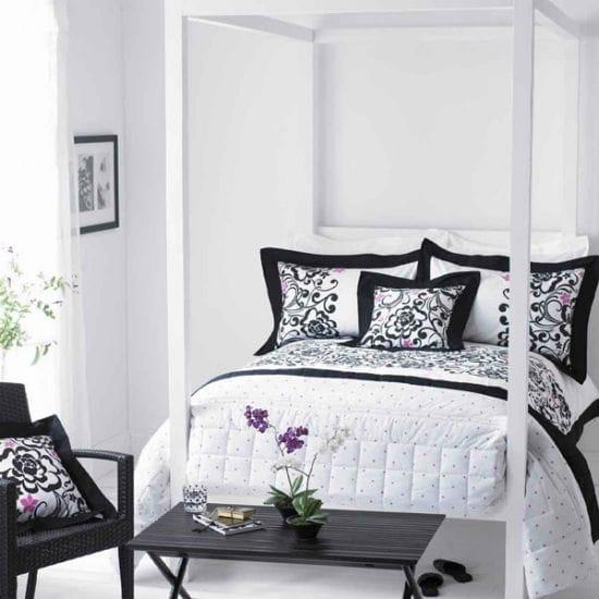 Белая спальня с мебелью черного цвета