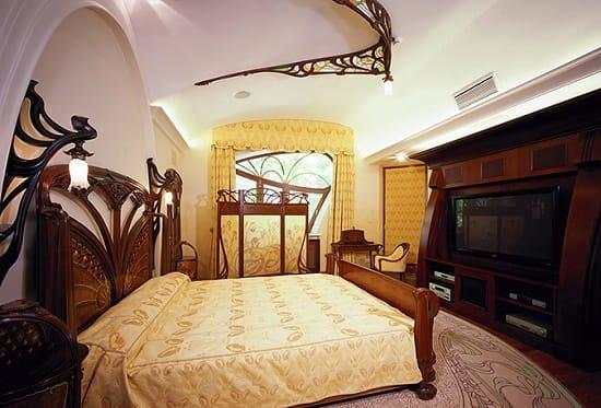 Одиночные светильники на декоративных подставках в спальне модерн