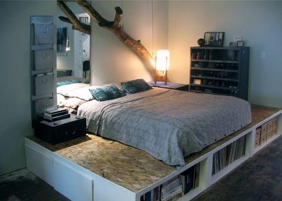 Маленькая спальня со встроенными в подиум кровати книжными полками