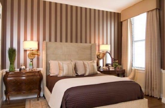 Обои с вертикальной полоской для отделки маленькой спальни
