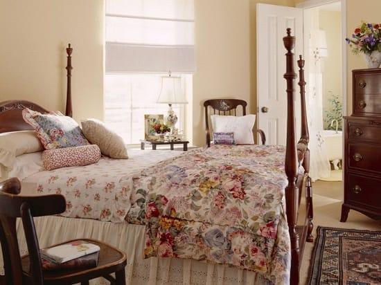 Выбор римских штор для оформления окна маленькой спальни прованс