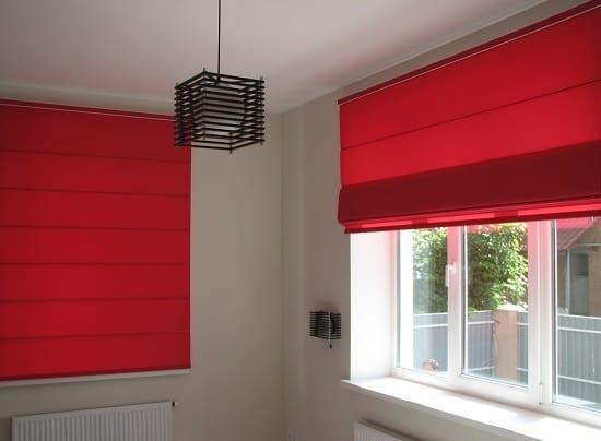 Ярко-красные римские шторы для окон спальни
