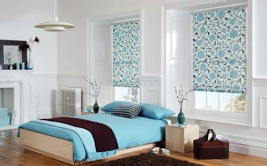 Рулонные шторы с растительным орнаментом в интерьере спальни