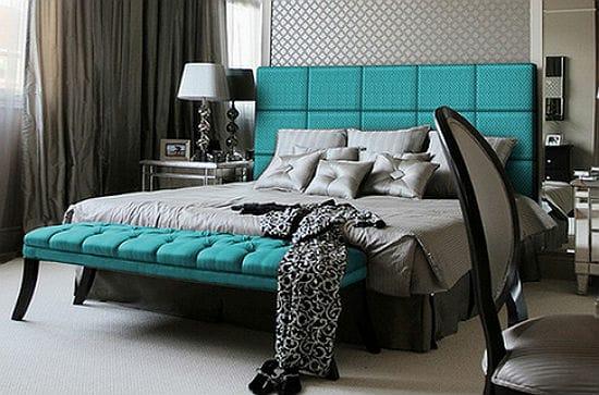 Мягкая мебель бирюзового цвета с спальне серых тонов