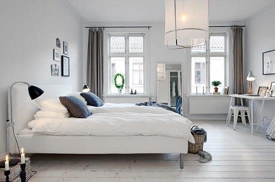 Белая отделка и мебель в спальне скандинавского стиля