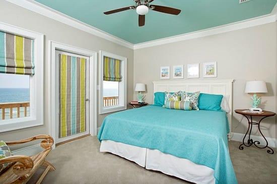 Отделка спальни средиземноморского стиля в холодных бело-голубых тонах