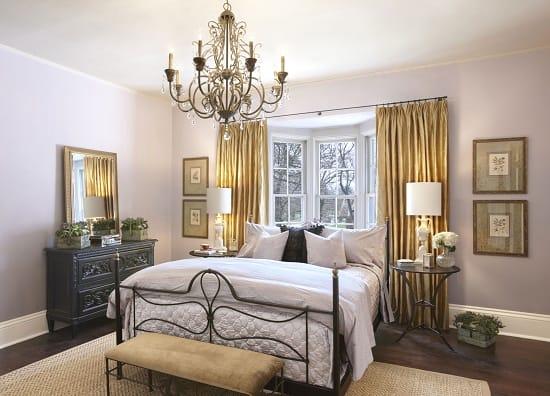 Однотонные обои сиреневого цвета из стекловолокна в спальне