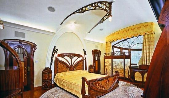 Оригинальное оформление криволинейного потолка спальни модерн