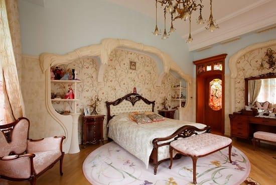 Лепнина на стенах спальни в стиле модерн