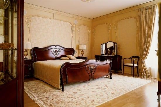 Темная деревянная мебель в большой спальне модерн