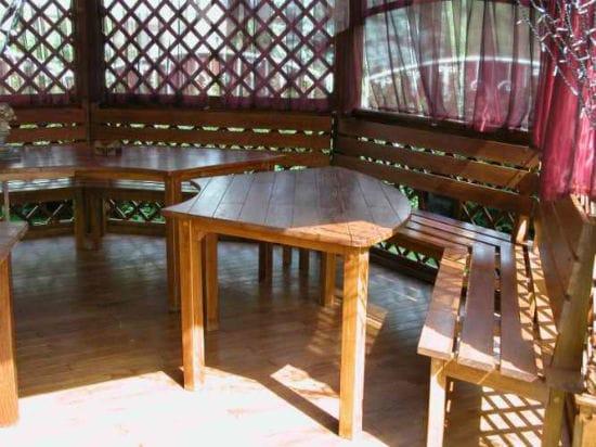 Сборка деревянной мебели в беседке