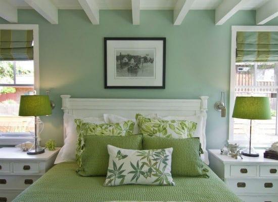 Установка в зеленой спальне мебели белого цвета