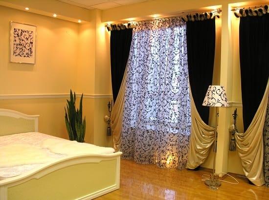 Классические двухсторонние шторы в оформлении окон спальни