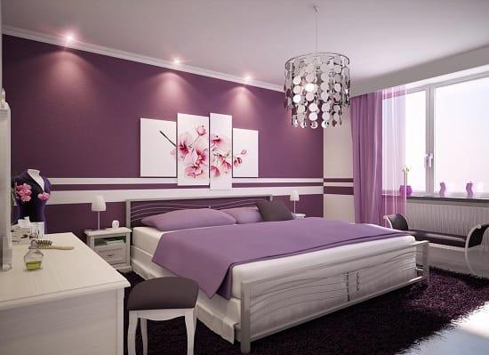 Сочетание белой мебели и сиреневой отделки стен в спальне
