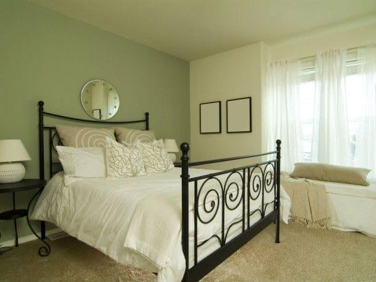 Спальня с отделкой стен бежевым и зеленым цветом