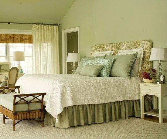 Зеленая спальня с однотонной отделкой стен фисташковым цветом
