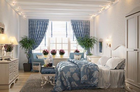 Светлая спальня с флизелиновыми обоями на стенах