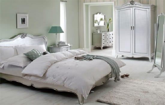 Мебель с плавными формами и изогнутыми ножками в спальне французского стиля
