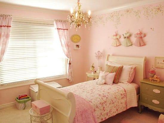 Маленькая розовая спальня для девочки в стиле шебби-шик