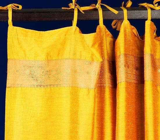 Желтые шторы из шелкового крепа на завязках в спальне