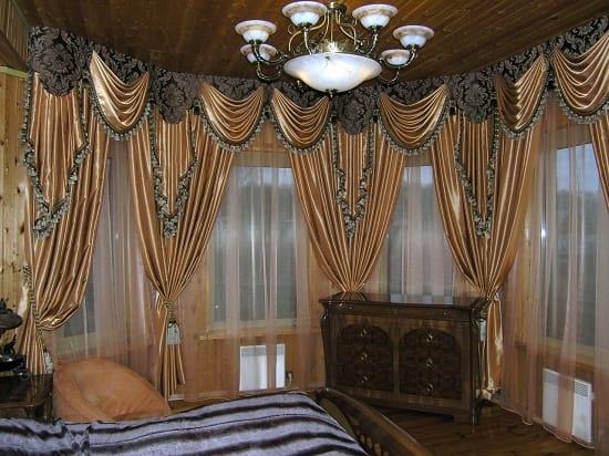 Классические шторы для спальни в эркере