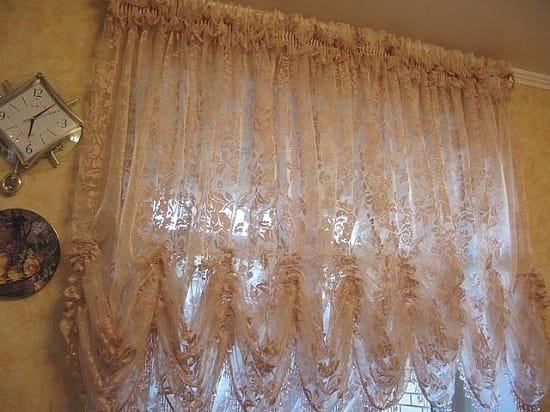 Тонкие австрийские шторы в спальню