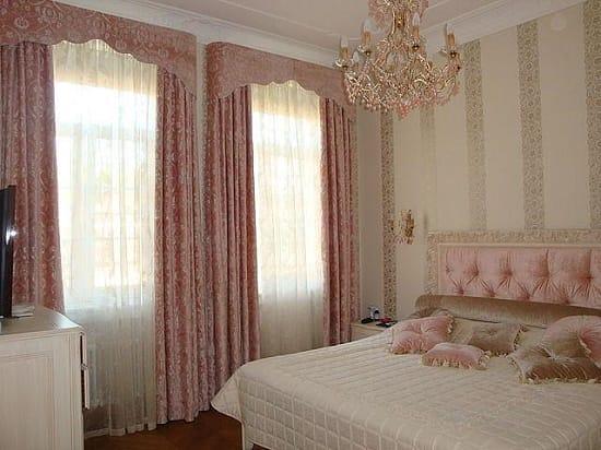 Бархатные шторы с твердым ламбрекеном в спальне