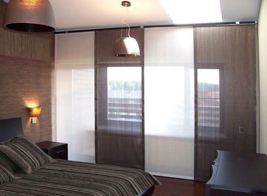 Выбор для оформления большого окна спальни японских штор