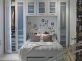 Многофункциональный встроенный шкаф в маленькой спальне