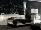 Спальня в стиле модерн с одиночными рисунками на обоях