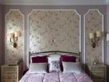 Цветочные обои в отделке стен спальни в стиле французский прованс