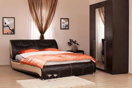 Двуспальная кровать оригинальной конструкции с кожаной обивкой