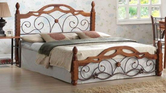 Комбинирование металла и дерева в дизайне кровати для спальни