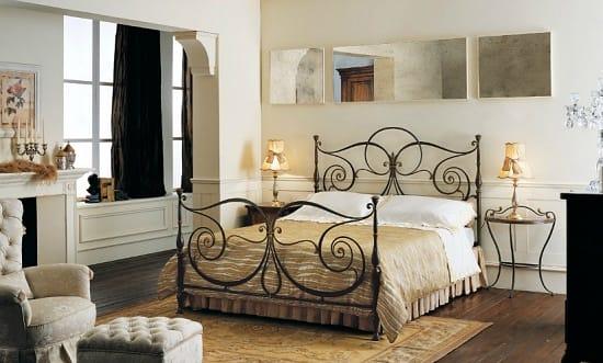 Комплект мебели из кованой кровати и этажерки для спальни