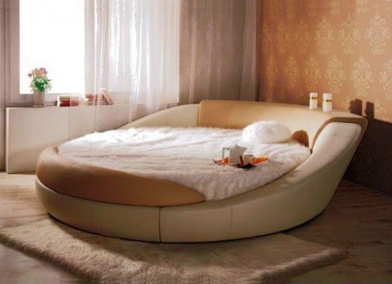 Круглая кровать с мягкой обивкой в спальне