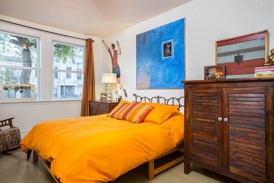 Спальня в стиле китч с простой меблировкой