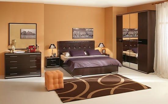 Шкаф с зеркалами и комоды в меблировке спальни
