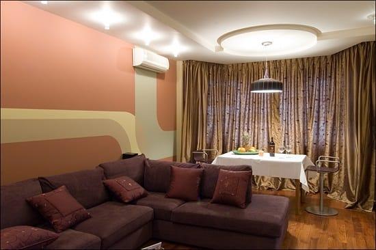 Зонирование эркерного помещения спальни гостиной при помощи мягкой мебели