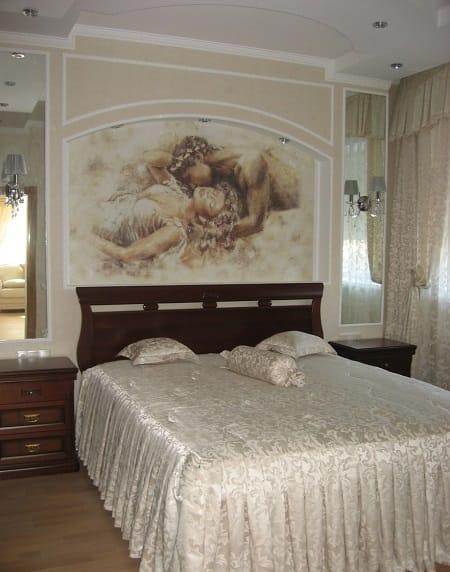Классическая спальня с оформлением стены у изголовья кровати фреской