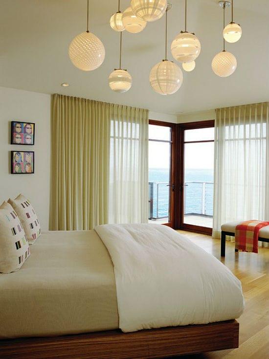 Шарообразные разноуровневые люстры в освещении спальни
