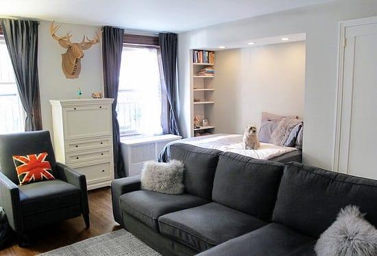 Зонирование спальни гостиной при помощи набора мягкой мебели